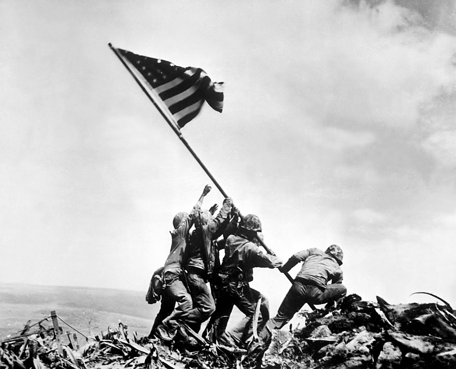 """Raising the Flag on Iwo Jima"" de Joe Rosenthal (1945) / source : http://studioraw.fr/"